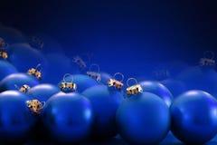 Blåa julstruntsaker på suddig blå bakgrund, kopieringsutrymme Royaltyfri Bild