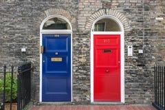 Blåa och röda ytterdörrar Royaltyfri Foto