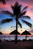 Blåa rosa färger och den röda solnedgången över havet sätter på land med Arkivbilder