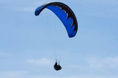 Black and blue paraglider at Torrey Pines Gliderport in La Jolla Stock Image