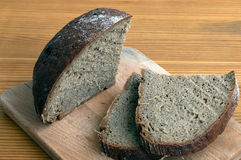 Black bread slices on the cutting board Royalty Free Stock Photos