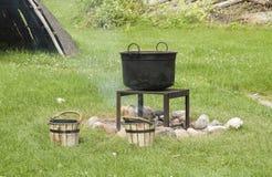 black cast för varm gammalt over järnkettle för brand Fotografering för Bildbyråer