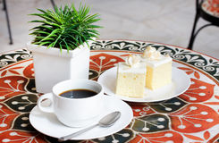 Black coffee and cake Royalty Free Stock Photography