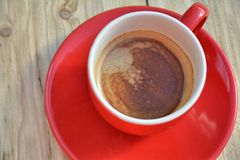 Black coffee in red coffee cup Stock Photography