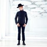 Black den avlägsna västra moderna modemannen med hatten Arkivbilder