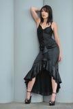 black den slitage kvinnan för klänningen royaltyfri foto
