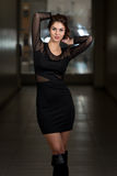 In Black Dress modelo com a luva longa chiffon Imagens de Stock Royalty Free