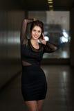 In Black Dress modelo con la manga larga de la gasa Fotografía de archivo libre de regalías