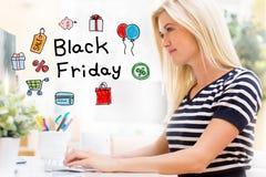 Black Friday avec la jeune femme heureuse devant l'ordinateur photos libres de droits