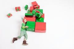 Black Friday, chłopiec trzyma wiele prezentów pudełka ubierał elfa kostium Zdjęcie Stock