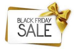 Black Friday-de verkooptekst schrijft op witte giftkaart met gouden ribb Stock Fotografie