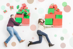 Black Friday, Estados Unidos, mãe, pai que guarda muitas caixas de presente Fotografia de Stock