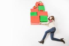 Black Friday, Estados Unidos, madre divertida que celebra muchas cajas de regalo Imágenes de archivo libres de regalías