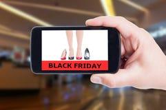 Black Friday för kvinnaskor på smartphoneconceptq Royaltyfri Fotografi