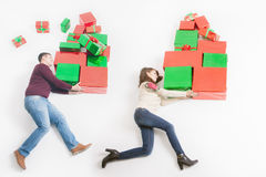 Black Friday Förenta staterna, moder, fader som rymmer många gåvaaskar Fotografering för Bildbyråer