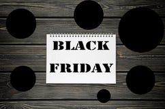 Black Friday försäljningar som annonserar affischen på svart träbakgrund Royaltyfria Bilder