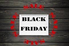 Black Friday försäljningar som annonserar affischen på svart träbakgrund Arkivbilder