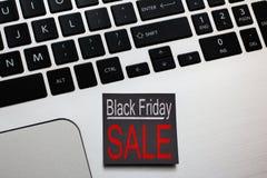 Black Friday-het Winkelen Verkoop Post-itherinnering op laptop stock foto's