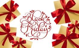 Black Friday kaligrafii czerwony tekst na białym tle i prezenty z czerwonymi łękami Ręka pisać Obraz Royalty Free