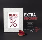 Black Friday-kortingsbanner, met een uitstekende woman's portefeuille voor het Stock Afbeelding