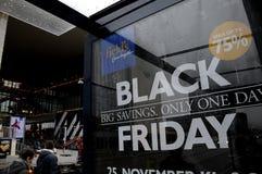 BLACK FRIDAY kupujący PRZY ŚRÓDPOLNYM centrum handlowym obraz royalty free