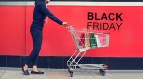 Black Friday, kvinnashoppare och shoppingpåse i en spårvagn fotografering för bildbyråer