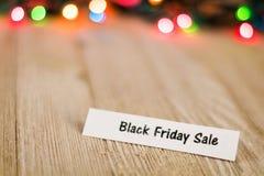 Black Friday-Listenkonzept auf hölzernem Brett und farbigen Lichtern, selektiver Fokus, Raum für Kopie Lizenzfreie Stockbilder