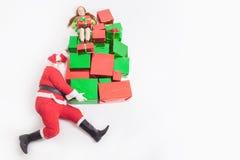 Black Friday 2016, lustige Sankt, die Geschenkboxen und Mädchen liefert Lizenzfreies Stockfoto