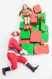 Black Friday 2016, lustige Sankt, die Geschenkboxen und Mädchen liefert Lizenzfreie Stockbilder