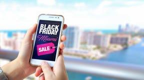 Black Friday Miami Smartphone med en Black Friday som annonserar på skärmen arkivbilder