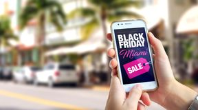 Black Friday Miami Smartphone med en Black Friday som annonserar p? sk?rmen arkivbilder