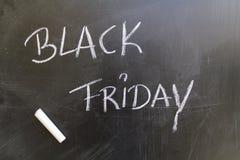Black Friday op bord met wit krijt wordt geschreven dat royalty-vrije stock afbeeldingen