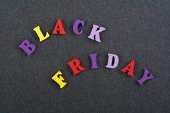 BLACK FRIDAY ord på svart brädebakgrund som komponeras från träbokstäver för färgrikt abc-alfabetkvarter, kopieringsutrymme för a Arkivbilder