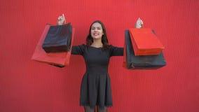 Black Friday, Porträt des glücklichen Kundenmädchens mit Käufen in Einkaufstaschen während der Verkäufe würzen stock video footage