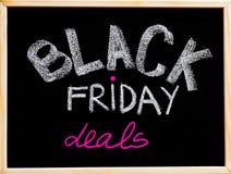 Black Friday rozdaje reklamę ręcznie pisany z kredą na drewnianej ramy blackboard Fotografia Royalty Free