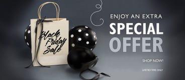 Black Friday sprzedaży sztandar zawiera przetwarzającą papierową torbę dekorował z czarnym atłasowym faborkiem, i czerń szybko si Fotografia Stock