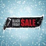 Black Friday sprzedaży tło z realistycznym wyginającym się tasiemkowym sztandarem, soplami i śniegiem, royalty ilustracja