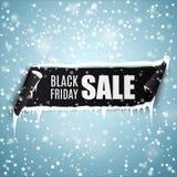 Black Friday sprzedaży tło z realistycznym wyginającym się tasiemkowym sztandarem, soplami i śniegiem, ilustracji