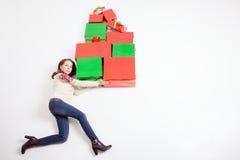 Black Friday, Stany Zjednoczone! Śmieszna matka trzyma wiele prezentów pudełka Obrazy Royalty Free
