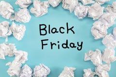Black Friday tekst z zmiętymi papierowymi piłkami Obraz Stock