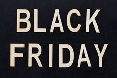 Black Friday - Text in den hölzernen Buchstaben auf Tafel Kopieren Sie Platz Stockfoto
