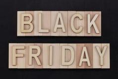 Black Friday - Text in den hölzernen Buchstaben auf Tafel Kopieren Sie Platz Stockbilder