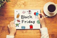 Black Friday-Text mit einer Person, die einen Stift hält Lizenzfreies Stockbild