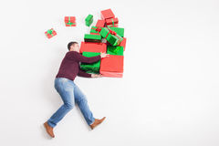 Black Friday 2016, Vereinigte Staaten! Lustiger Vater, der Geschenkboxen hält Lizenzfreie Stockfotos