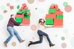 Black Friday, Vereinigte Staaten, Mutter, Vater, der viele Geschenkboxen hält Stockfotografie