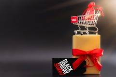 Black Friday-Verkauf, -Einkaufswagen und -Geschenkbox mit Taschengeld stockfoto