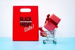 Black Friday-Verkauf, -Einkaufswagen und -Geschenkbox mit Taschengeld stockbilder
