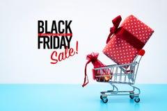 Black Friday-Verkauf, -Einkaufswagen und -Geschenkbox mit Taschengeld lizenzfreie stockbilder