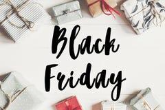 Black Friday-verkooptekst groot de kortingsteken van de verkoopaanbieding op verpakt Royalty-vrije Stock Afbeelding