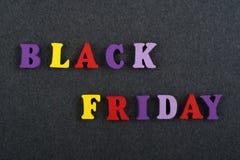 BLACK FRIDAY-woord op zwarte raadsachtergrond stelde van kleurrijke het blok houten brieven van het abcalfabet samen, exemplaarru royalty-vrije stock foto's